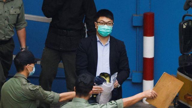 西區議員鐘錦麟與其他被告周四乘車前往法庭