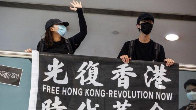 پلاکاردهایی مانند این : هنگ کنگ آزاد - انقلاب حالا، از این به بعد غیرقانونی است
