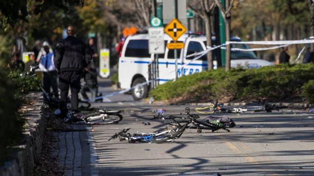 دراجات مهشمة في موقع هجوم مانهاتن في نيويورك