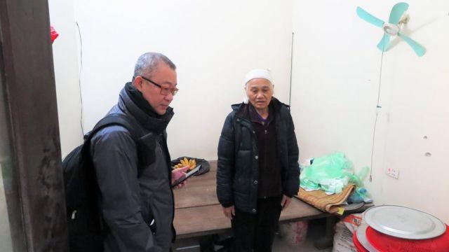 Luật sư Đặng Đình Mạnh trao đổi với bà Dư Thị Thành, vợ ông Lê Đình Kình