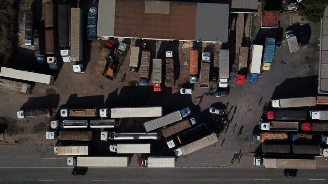 Caminhoneiros bloqueiam BR-262 em Minas Gerais