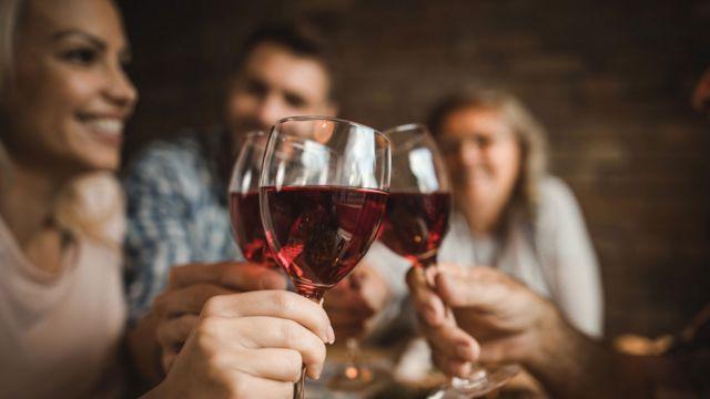 Grupo de amigos bebiendo alcohol