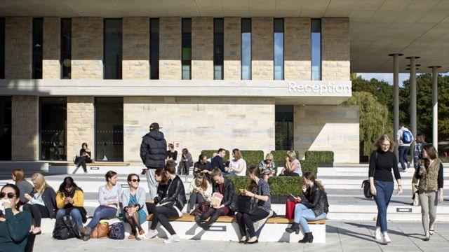 해외 유학생들의 지출은 영국 내 20만 개 이상의 일자리를 떠받치고 있다.