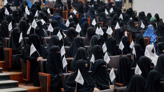上周末,数百名支持塔利班性别政策的女性在阿富汗沙希德·拉巴尼教育大学举行游行。