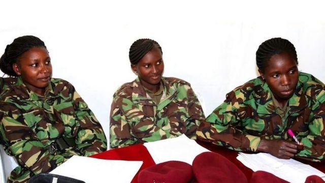 Inspekta Jenerali Mbugua amedai kuwa mitindo ya nywele zilizosukwa inafanya iwe vigumu kwa maafisa hao kuvaa kofia zao wakiwa kazini.