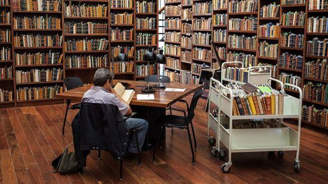 Hombre leyendo en la biblioteca pública de Ciudad de México