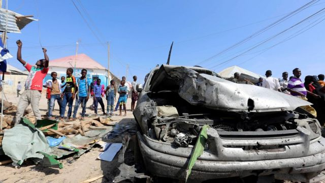 يعد هذا التفجير أول هجوم من نوعه في مقديشو منذ انتخاب محمد عبد الله محمد رئيسا جديدا للبلاد الشهر الجاري