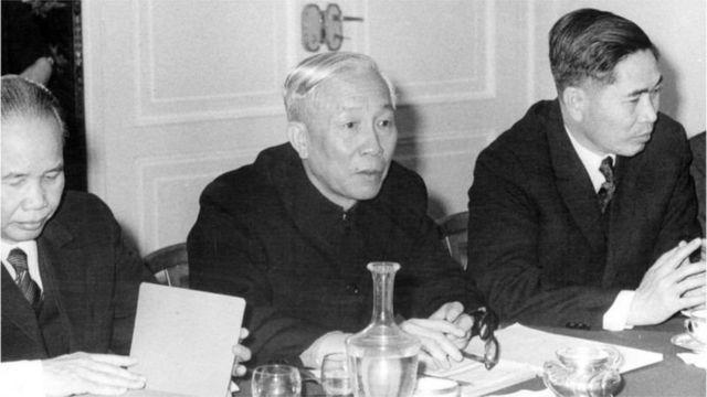 Ông Nguyễn Cơ Thạch (bên phải)