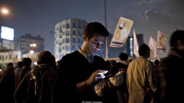 Ai Cập tắt internet trong cuộc nổi dậy Mùa Xuân Ả Rập năm 2011 để những người phản đối khó phối hợp hoạt động