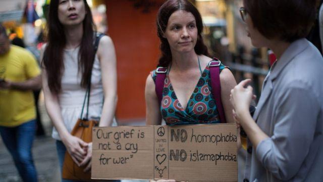 Chicas con carteles contra la homofobia.