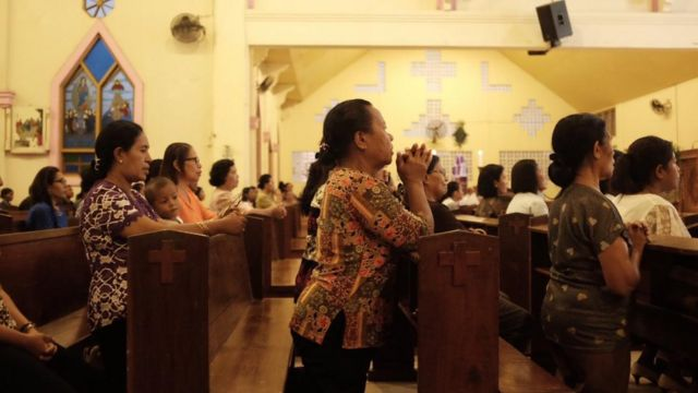 Umat melakukan lamentasi di Gereja Katedral Rainha Rosari
