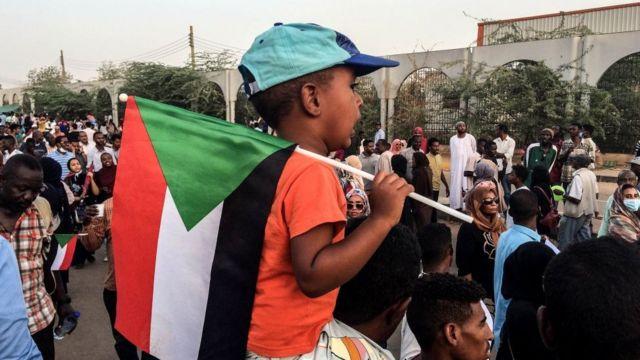 Ребенок на плечах отца на демонстрации