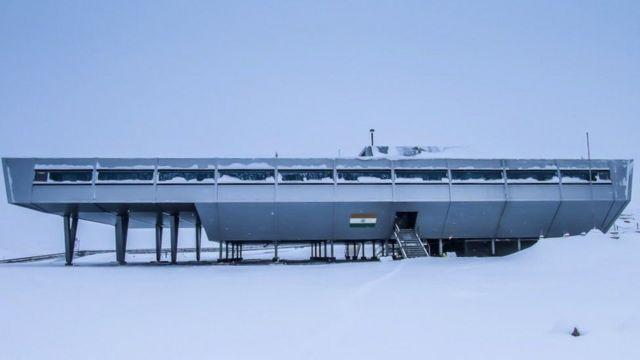 Bharati terletak di antara Thala Fjord dan Quilty Bay, di Antartika