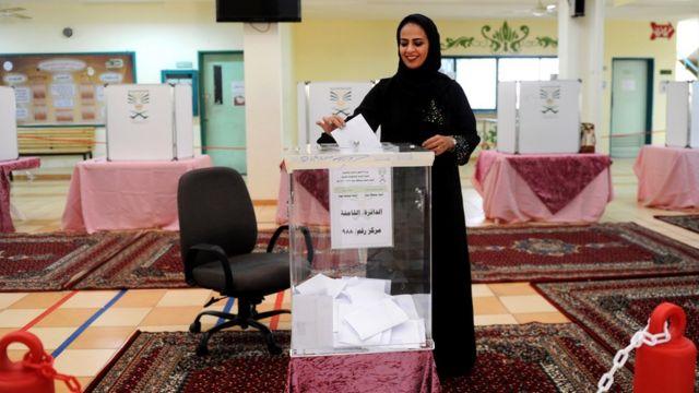 ジッダ州の投票所で投票する女性有権者(12日)