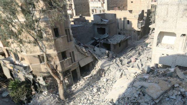 オムラン・ダクニーシュちゃんが家族と暮らしていた建物の跡。ロシアは爆撃していないと否定している(18日、シリア・アレッポ)