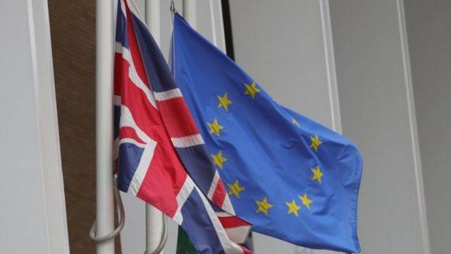 ธงชาติถูกลดลงครึ่งเสาในหลายประเทศ เพื่อแสดงความอาลัยต่อเหตุสูญเสียกลางลอนดอน