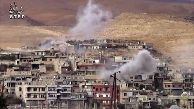 El humo sale de una vivienda de la región Wadi Barada