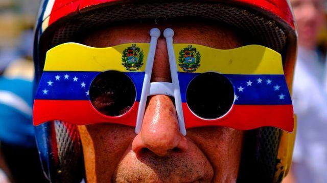 Hombre con gafas de Venezuela