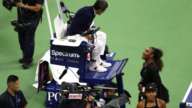 세레나 윌리엄스가 미국 뉴욕에서 열린 US 오픈 여자 단식 결승전 도중 주심 카를로스 라모스에게 다가가 성차별 심판을 지적하며 사과를 요구했다