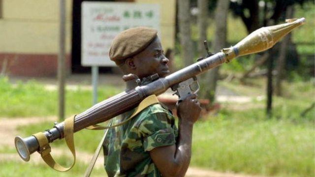 Umusirikare wari ushyigikiye Jean Pierre Bemba mu ntambara afite imbunda irekura bya rokete. ku ya 08/11/2002 mu majyaruguru ya Bangui