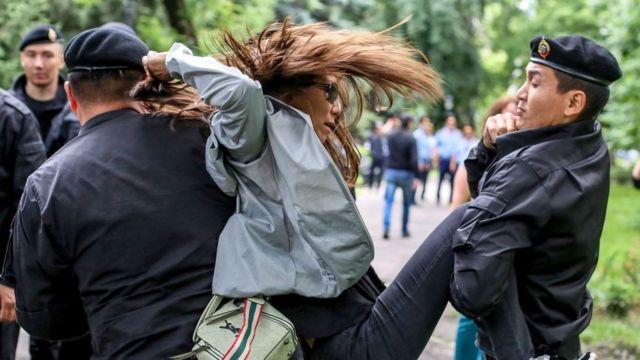 Задержание протестующей в Казахстане
