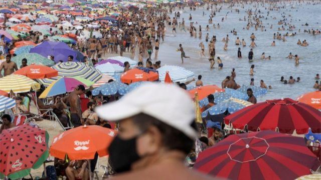 Praia lotada no RJ