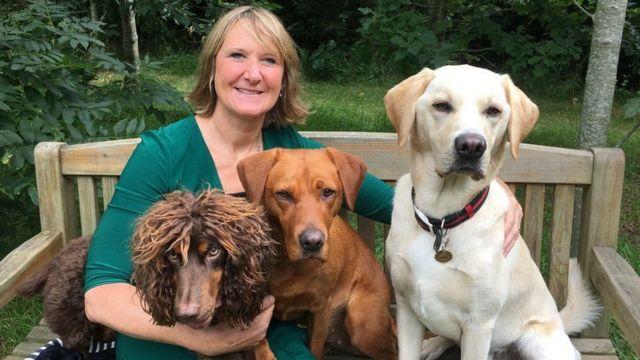 Dr. Claire Guest ve bazı denemelere katılan köpeklerle birlikte