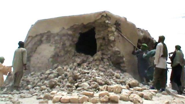 رجال يقومون بتهديم ضريح أثري بواسطة قضبان معدنية في تمبكتو عام 2012