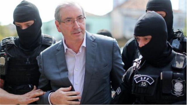 Eduardo Cunha e policiais