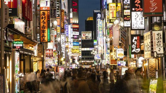 Rua no bairro de Shinjuku, em Tóquio