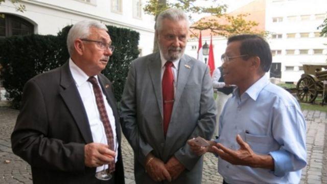 TS. Đinh Hoàng Thắng trao đổi với Tướng Botz László, Chủ tịch Hội Hữu nghị Hung-Việt (giữa), nguồn: Trần Lê, Nhịp Cầu Thế Giới