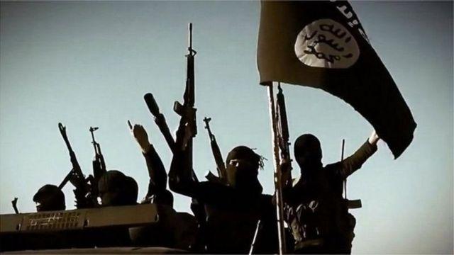 إرهابيون يرفعون علم تنظيم دول الإسلامية