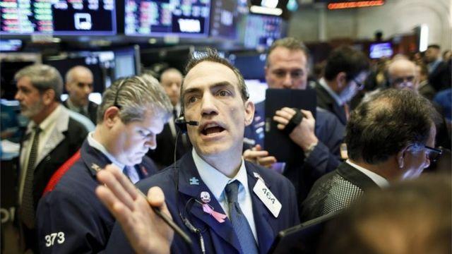 Homem negocia ações na Bolsa de Nova York