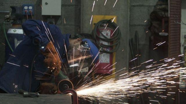 Operário trabalha em fábrica