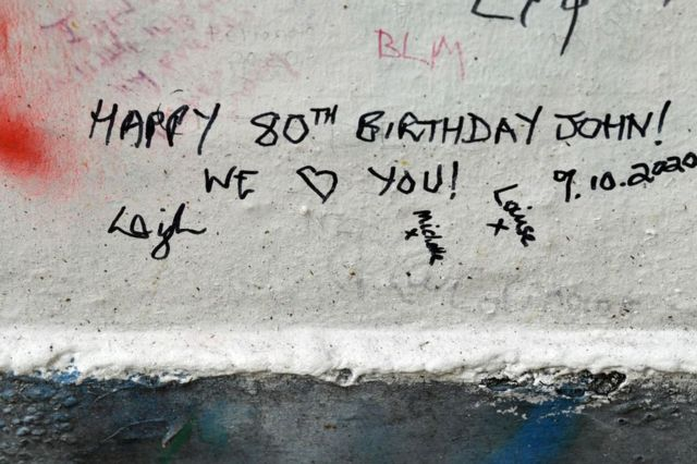граффити на стене студии Эбби-роуд