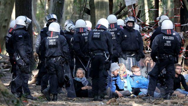 Policías detienen a ambientalistas en Alemania