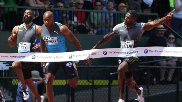 Tyson Gay, Asafa Powell y Justin Gatlin en una competencia atlética.