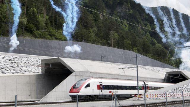 Construído na Suíça, túnel atravessa os Alpes