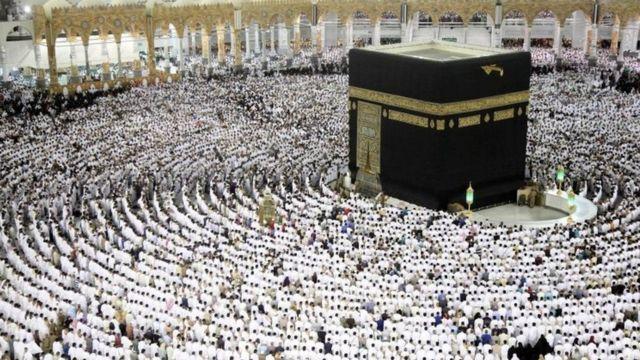 Aba Islamu bari mu bisabisho mu kibanza ca Kaaba ku musigiti mukuru wa Mecca