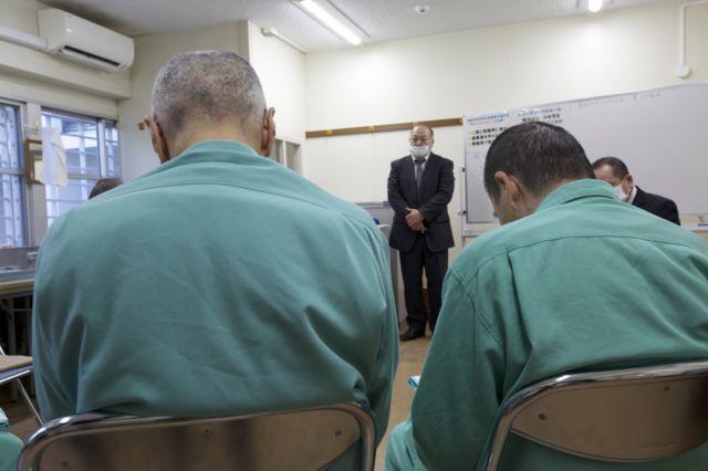 Detentos participam de aula na prisão