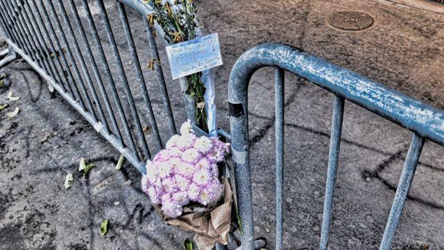 Des fleurs déposés devant le Bataclan par des proches des victimes des attentats.