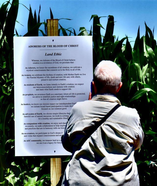 Una copia del compromiso con la tierra de las Adoratrices fue colocado en el terreno donde se construyó la capilla.