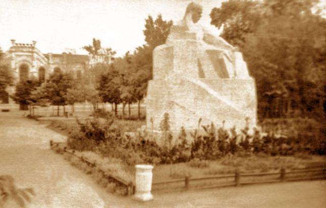 Таким був пам'ятник Т. Шевченку в Сумах, встановлений 1926 року і пізніше демонтований за вказівкою Хрущова