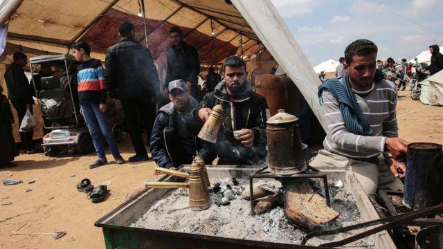 митингующие в палаточном лагере варят кофе