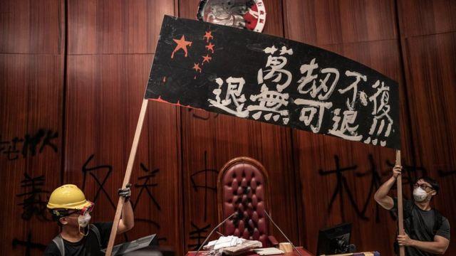 周一有示威者闖進立法會大樓破壞,但有溫和民主派人士憂慮示威者的激進行動會適得其反。