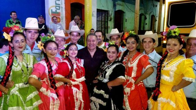 Pilo Tejeda, exvocalista de Banda Blanca con un grupo de folclore hondureño.