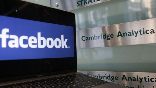 Logo de Facebook y cartel de Cambridge Analytica