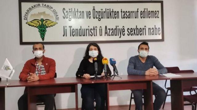 Diyarbakır Tabip Odası Başkanı Elif Turan (ortada) aşı konusunda Kürtçe ve Türkçe bilgilendirme videoları hazırladıklarını anlatıyor