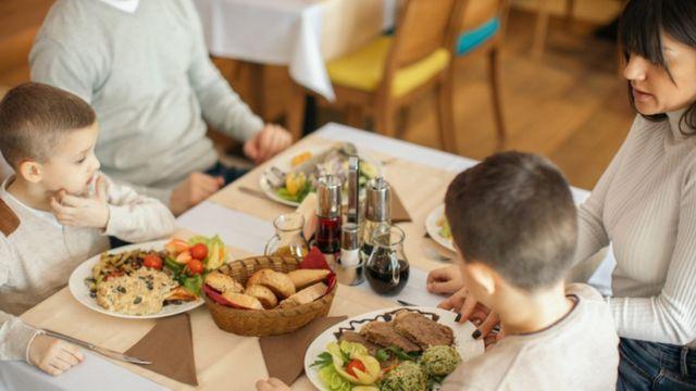 Niños en un restaurante.