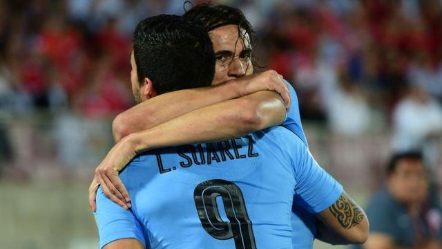 Cavani y Suárez celebran el gol de Uruguay en Chile.